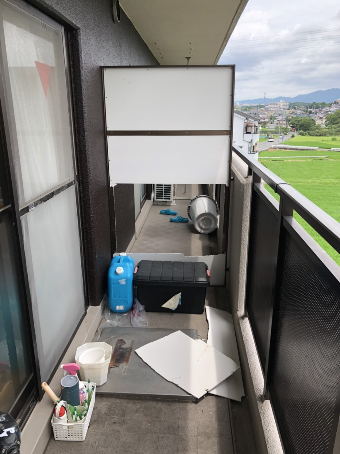 大阪狭山市 マンション強風被害蹴破り戸・板張り替え