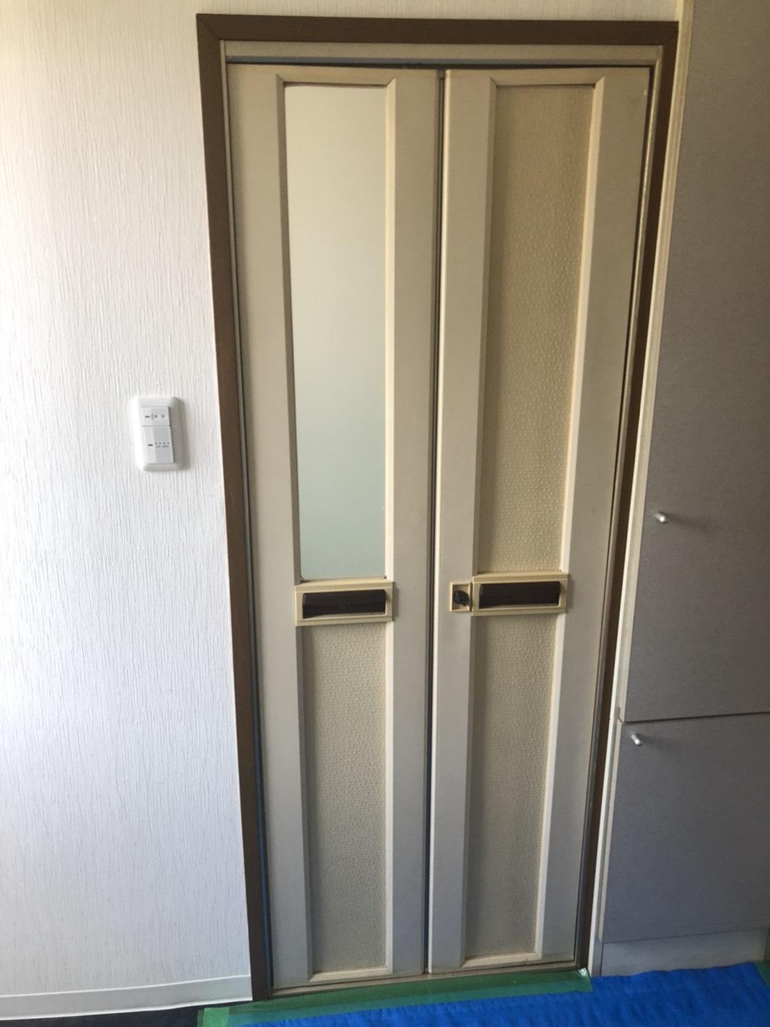 富田林市 戸建てトイレドア折れ戸から開戸に交換
